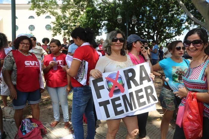 Manifestante exibe cartaz durante protesto no Centro de Teresina (Crédito: Efrém Ribeiro)