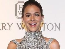Bruna Marquezine chama atenção ao usar decote brilhoso; fotos!