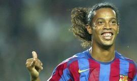 Ronaldinho Gaúcho brilha e Barcelona vence clássico das Lendas