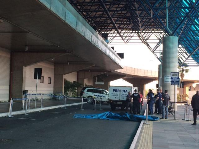 Homem morre e mulher se fere após queda de passarela em aeroporto