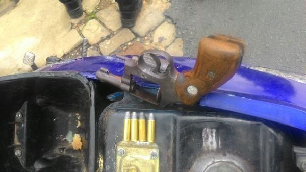 Arma e munição encontrados com os dois acusados (Crédito: Divulgação)