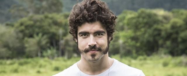Caio Castro revela que não curte mandar nudes: 'Prefiro ao vivo'