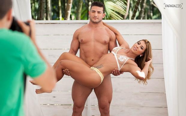 Priscila Pires posa com namorado no Paparazzo