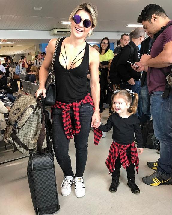 Mirella Santos e a filha posam com looks iguais em aeroporto