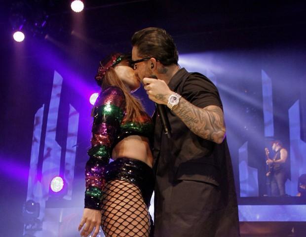 Anitta beija Maluma durante show no Rio de Janeiro