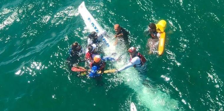 Duas embarcações com 12 atletas de canoagem naufragam em Salvador