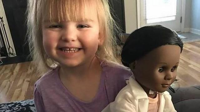 Menina escolhe boneca negra e rebate vendedora em loja de brinquedo