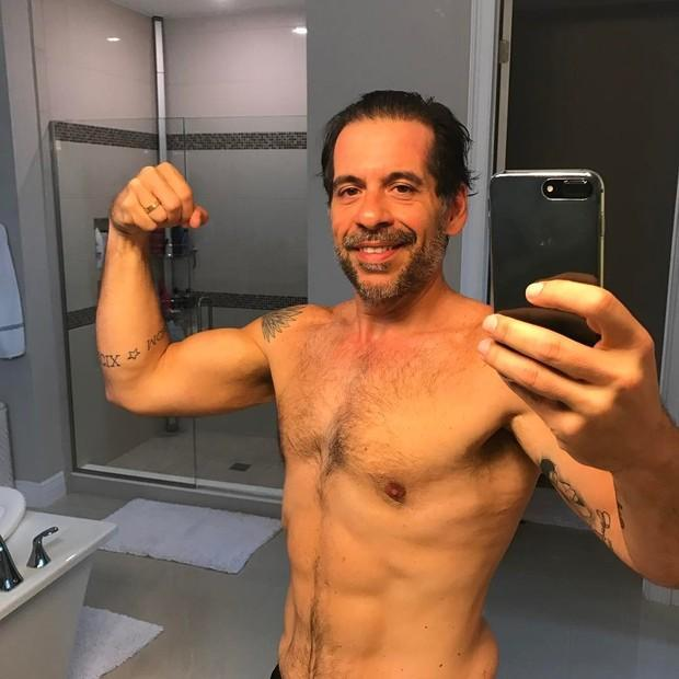 Leandro Hassum posa sem camisa e exibe corpo sarado