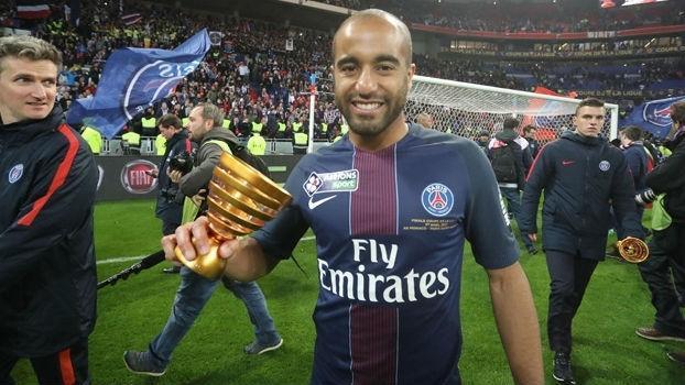Lucas, com a taça da Copa da Liga Francesa, conquistada pelo PSG sobre o Monaco (Crédito: Reprodução)