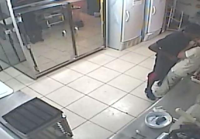 Homem amarra jovem nua e obriga outra a beijá-lo durante assalto