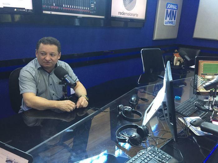 O diretor geral do HUT, Dr. Gilberto Albuquerque concede entrevista à Rádio Jornal MN (Crédito: Mikaelly Menezes)
