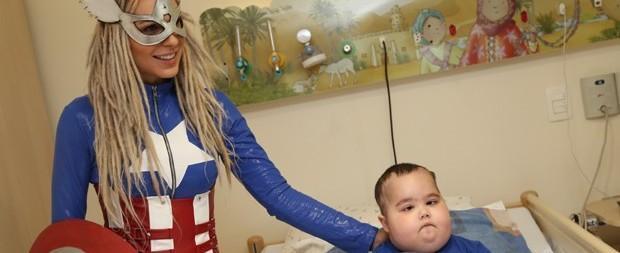 Fernanda Lacerda se veste de Capitão América em visita a hospital