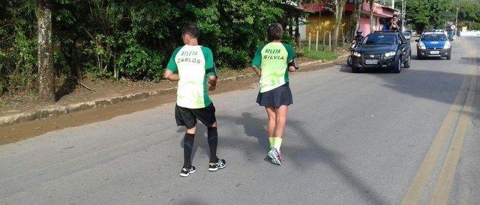Casal percorreu 6 km de costas em pouco mais de 1h (Crédito: Reprodução)