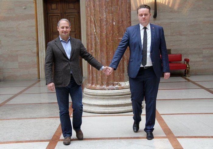 Homens na Holanda andam de mãos dadas em solidariedade a casal gay