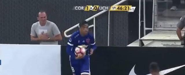 Gandula finge falta de jogador do Universidad de Chile e vira piada