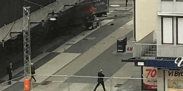 Caminhão avança contra multidão e deixa pelo menos dois mortos