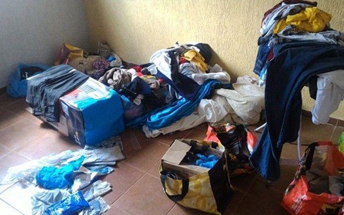 Roupas espalhadas no local onde mulher mantida em cárcere privado foi encontrada (Crédito: Reprodução)