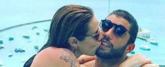 Luana Piovani namora marido em piscina de borda infinita na Bahia