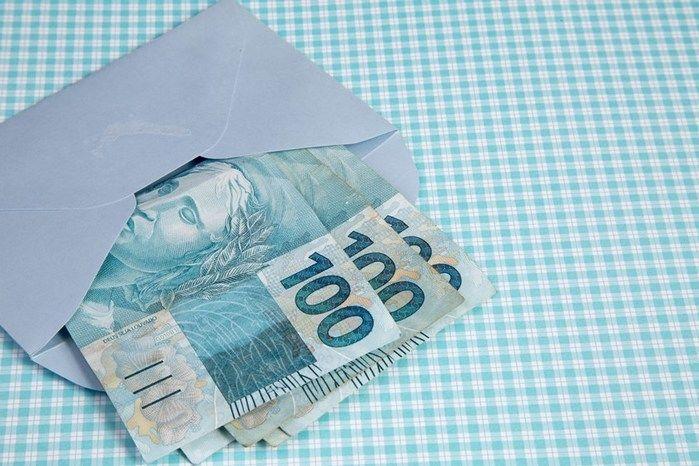Menina de 9 anos joga no lixo envelope com R$ 7 mil