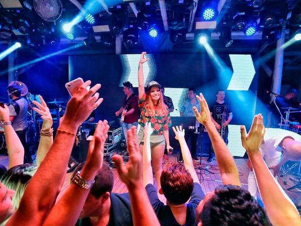 Solange Almeida usa short curtíssimo em show em Fortaleza