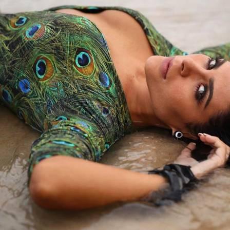 Luana Caettano e Fran Petersen atiçam fãs em ensaio moda praia