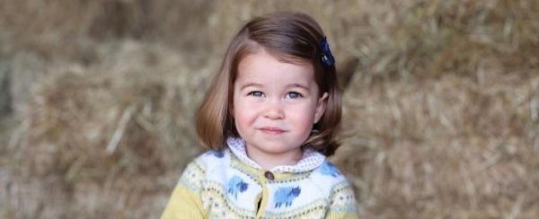 Família real divulga foto da princesa Charlotte que faz dois anos