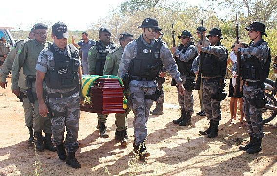 Enterro de policial morto em delegacia é marcado por muita comoção (Crédito: Fabionascimentonoticias)