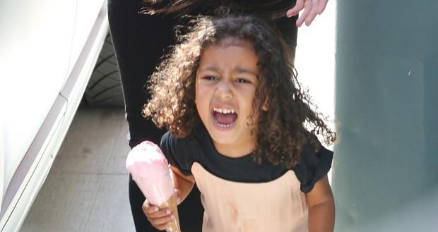 Filha de Kim Kardashian grita com fotógrafos durante passeio (Crédito: The Grosby Group)