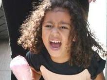 Filha de Kim Kardashian grita com fotógrafos durante passeio