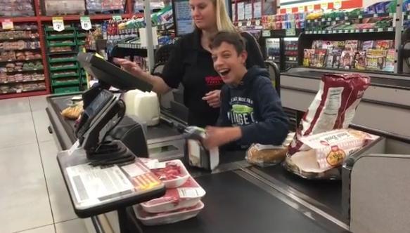Caixa de supermercado alegra o dia de garoto com paralisia cerebral