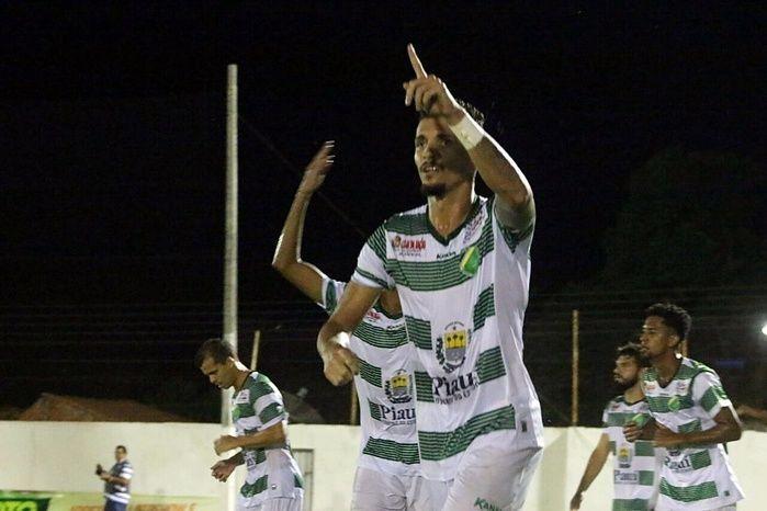 Manoel comemorando a marcação do primeiro gol.  (Crédito: Renan Morais / Globo Esporte)