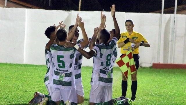 Jogadores do Altos comemorando vitória.  (Crédito: Renan Morais / Globo Esporte)