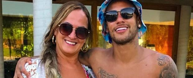 Neymar posa sem camisa e faz homenagem a mãe em rede social