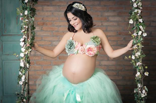 Ex-Rouge exibe barrigão na reta final da gravidez em ensaio lúdico  (Crédito:  Dri Bresciani/Brazil News)