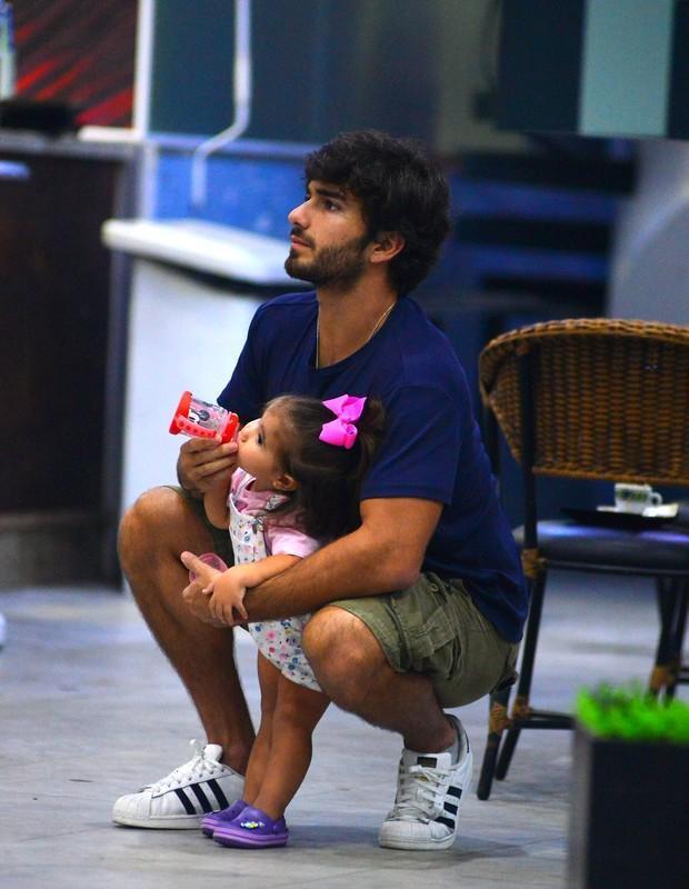 Deborah Secco se emociona ao rever a filha e o marido em aeroporto (Crédito: Agnews)