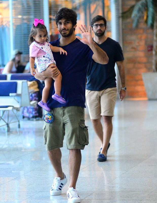 Deborah Secco se emociona ao rever a filha e o marido em aeroporto