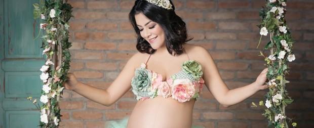Ex-Rouge exibe barrigão na reta final da gravidez em ensaio lúdico