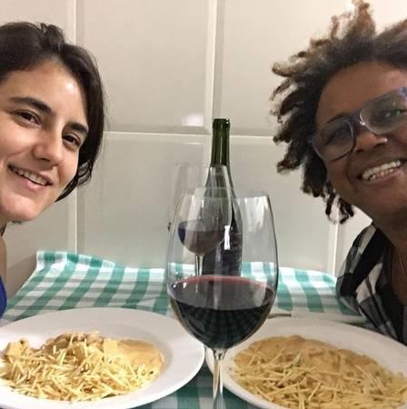 Sandra de Sá posta foto romântica com namorada