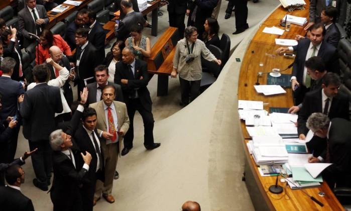 Assim que souberam da informação, sessão na Câmara foi suspensa (Crédito: Reprodução)