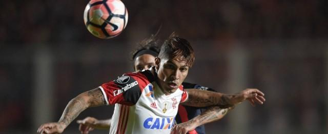 Boca Juniors quer tirar Guerrero do Flamengo, afirma jornal peruano