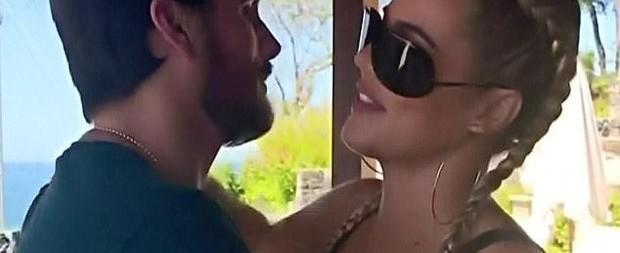Khloé Kardashian é clicada com cigarro suspeito na Costa Rica