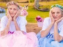 Gêmeas celebram 100 anos com ensaio apaixonante