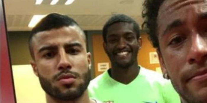 Mantido no Barça, Marlon faz selfie com Neymar e Rafinha Alcântara