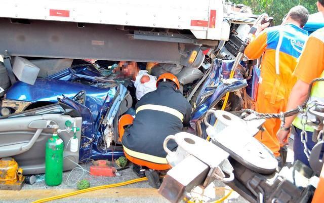 Motorista sobrevive após carro ficar prensado entre carretas na BA