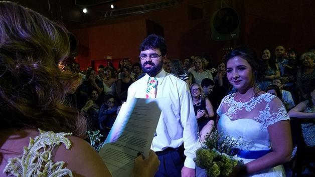Noivos chamam atenção por comemorar casamento em karaokê
