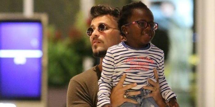 Com visual moicano, Bruno Gagliasso passeia com a filha Titi