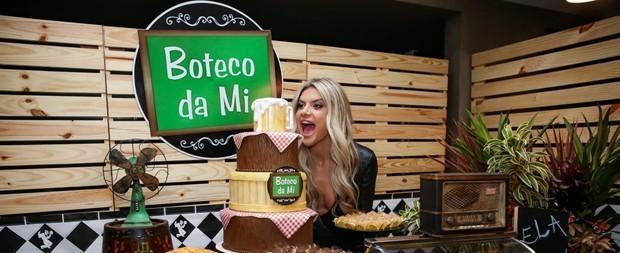 Valentina rouba a cena no aniversário da mãe, Mirella Santos