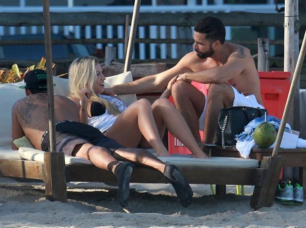 Latino curte praia com namorada (Crédito: Agnews)