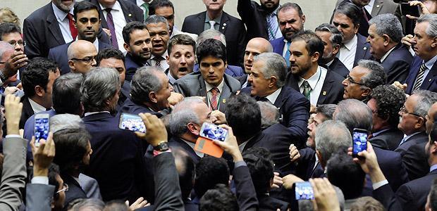 Deputados trocam empurrões durante sessão da Câmara