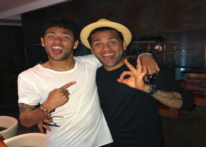 Neymar ao lado de Daniel Alves (Crédito: Reprodução)